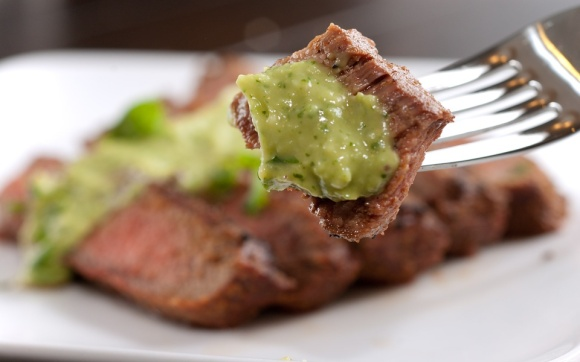 grilled-steak-with-avocado-sauce